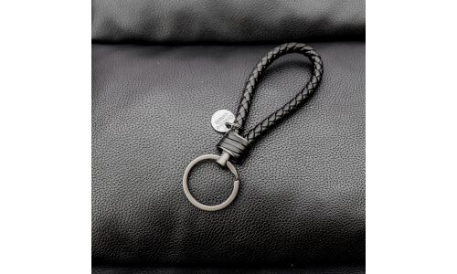 Брелок на ключи из плетенного шнурка