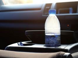 Воду в пластиковых бутылках нельзя оставлять в машине в жару